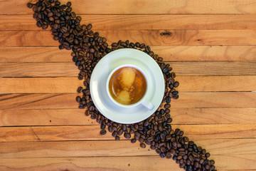 Acrylic Prints Coffee bar Taza de café y granos de café en fondo de madera. Vista superior.