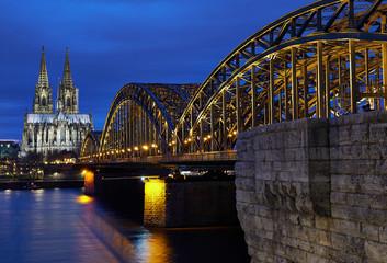Kölner Dom und Hohenzollernbrücke während der blauen Stunde. Panorama aus Köln.