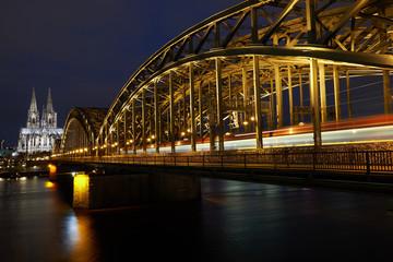 Kölner Dom und Hohenzollernbrücke bei Nacht während der blauen Stunde. Panorama aus Köln.