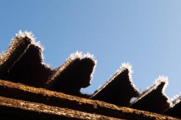 霜が降りたトタン屋根 - Frosted corrugated metal roof
