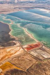 Totes Meer Israel Landschaft Natur Salz Salzgewinnung Hochformat von oben Luftbild Jordanien