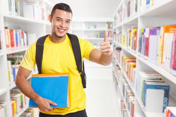 Student jung lachen Erfolg erfolgreich Daumen hoch Textfreiraum Copyspace Jugendlicher Bücherei Bibliothek