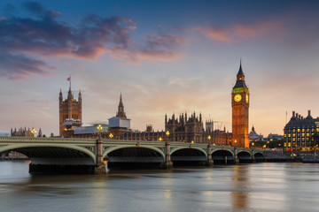Der Westminster Palast mit dem Big Ben Turm an der Themse in London bei Sonnenuntergang, Großbritannien