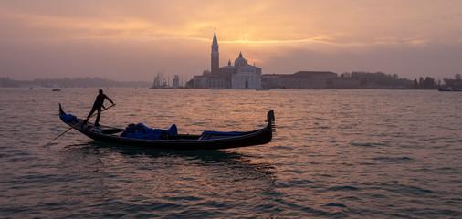 Gondeln in Venedig Morgenstimmung vor St Georgio