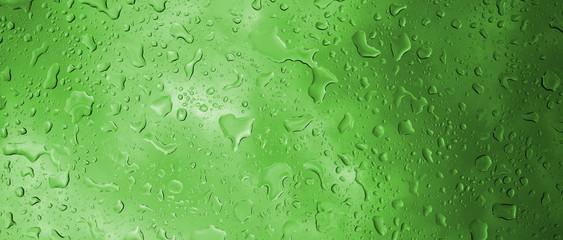 Textur Regentropfen auf Glasscheibe in Grün