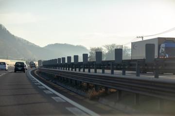 注意 ナビ 警告 オービス 安全 高速 サービスエリア 道路 法律 交通法 スピード 測定 中央分離帯 遮光板