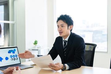 会話するビジネスマン