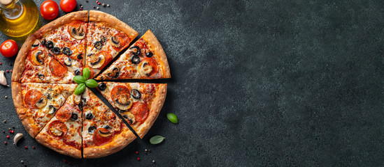 Tasty pepperoni pizza with mushrooms and olives. Fotomurales