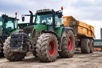 Grüner Traktor mit Anhänger