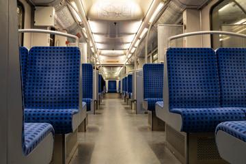 Sitzreihen in einer Bahn