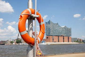 Rettungsring am Bootssteg mit Hintergrund vom oberen Hafen in Hamburg