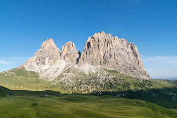 Sassolungo in estate visto da Passo Sella, tra Val di Fassa e Val Gardena