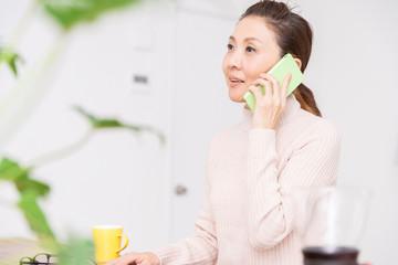 電話をするシニア女性