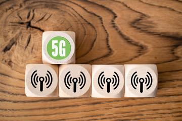 Würfel mit Aufschrift 5G auf Holzhintergrund