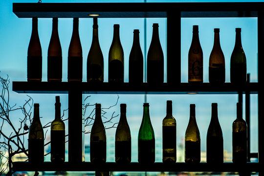 たくさんのワインボトルのシルエット