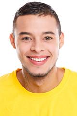 Portrait Porträt junger Latino Mann lachen lacht jung Freisteller freigestellt isoliert