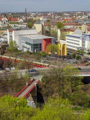 Luftaufnahme über den Ortsteil Berlin Gesundbrunnen mit der roten Brücke Humboldtsteg im Vordergrund