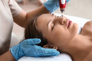 Young woman undergoing procedure of bb glow treatment in beauty salon Fototapete