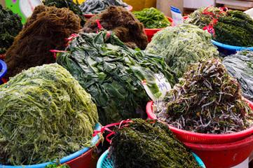 市場で売られている新鮮な海草