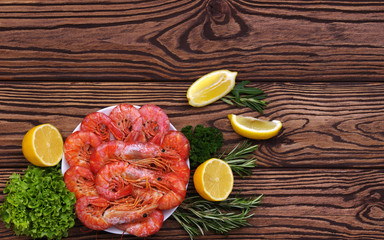 Cooked shrimps with lemon and spices.