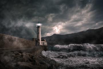 Leuchtturm bei stürmischer Nacht