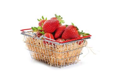 panier de fraises sur fond blanc