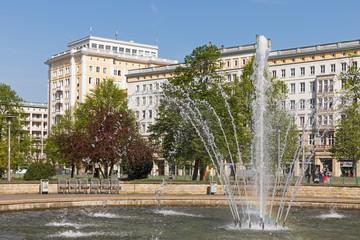 Magdeburg, Springbrunnen am Ulrichplatz, im Hintergrund Gebäude im Stil des Sozialistischen Klassizismus an der Ernst-Reuter-Allee, Sachsen-Anhalt