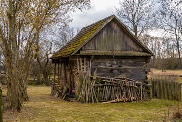 Architektura drewniana Podlasia. Dolina Górnej Narwi. Wiosna na Podlasiu