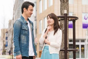 屋外で話し合うカップル