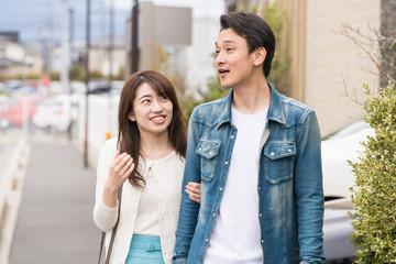 新興住宅街をデートするカップル