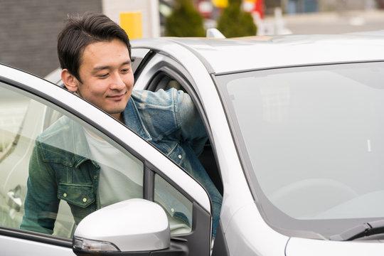 車のドアを開ける男性