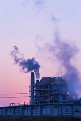 夕焼けの中の工場