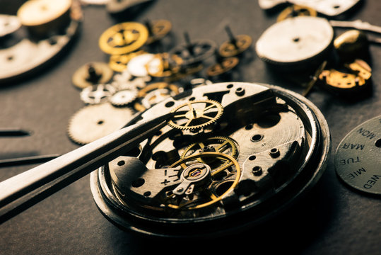 many parts of mechanical wristwatch
