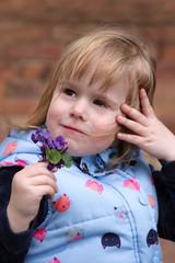 Portrait Kleines Mädchen hält  Blumen Veilchen