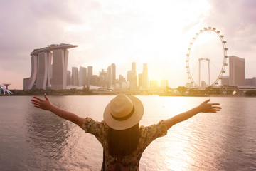 Photo sur Toile Singapoure Tourist woman is enjoy traveling at Singapore with famous landmark view.