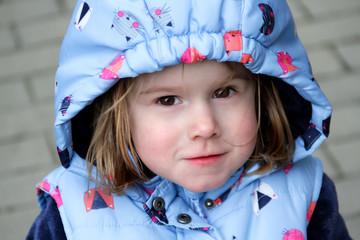 Portrait kleines Mädchen mit Kapuze