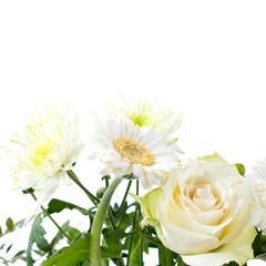 Blumenstrauß mit Chrysanthemen, Gerbera und Rosen isoliert