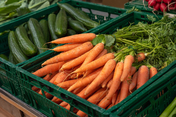 Karotten in einer Box auf dem Wochenmarkt