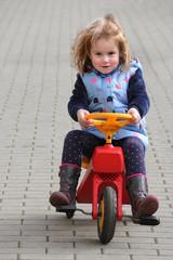 Kleines Mädchen fährt auf Dreirad