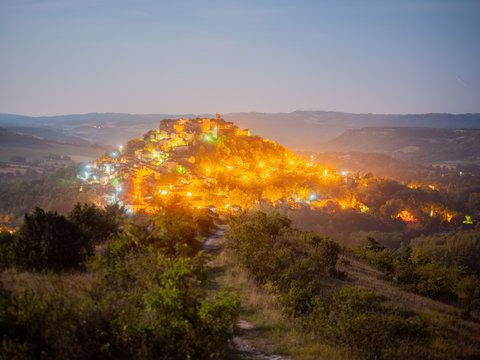 Le village de Cordes sur Ciel de nuit