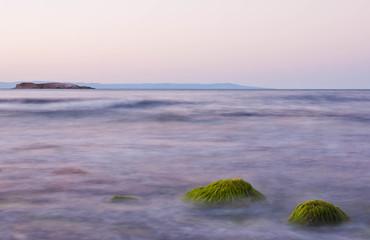 horyzont z wyspą nad morzem