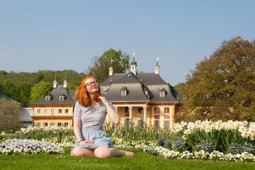 Teenager genießt den Frühling im Schlosspark Pillnitz Dresden