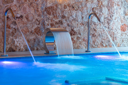 Thalassotherapy pool with waterfall and jets
