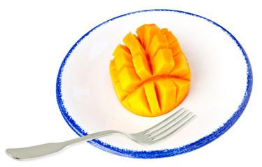 tranche de mangue dans une assiette