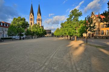 Domplatz und Dom in Halberstadt in der Nachmittagssonne
