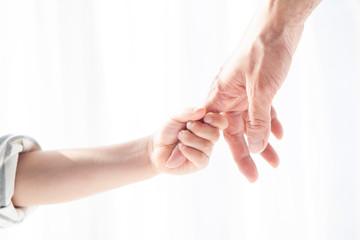 母親の人差し指を掴む息子