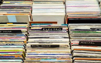 Spoed Foto op Canvas Muziekwinkel Browsing through old vinyl records in music shop. Music background.