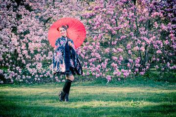 Jeune fille et magnolia en fleurs