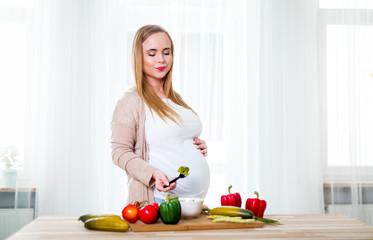 Bilder und Videos suchen: pregnant eating health