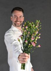 Obraz Mężczyzna z bukietem - fototapety do salonu